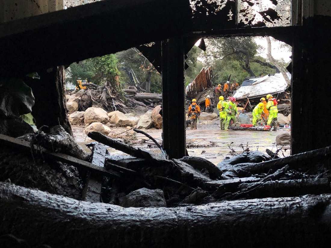 Räddningsarbetare arbetar med insatser efter jordskredet i Montecito, Kalifornien.