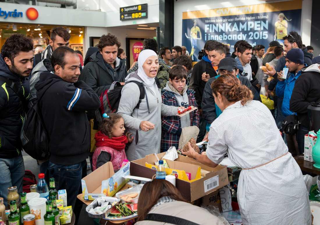 Matutdelning till flyktingar på Malmö centralstation på torsdagen. Flyktingar måste vara välkomna i Sveriges alla kommuner, skriver debattörerna.