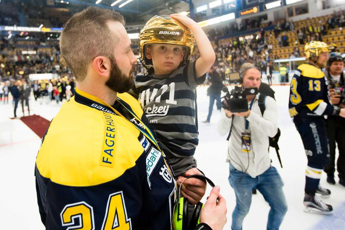 Erik Christensen med sin son efter guldet.