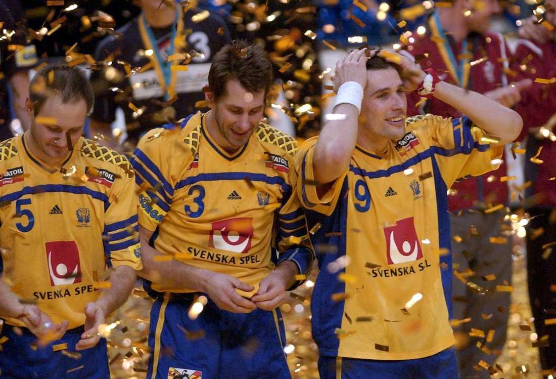 Ola Lindgren, Magnus Wislander och Stefan Lövgren firar EM-guldet i Globen 2002