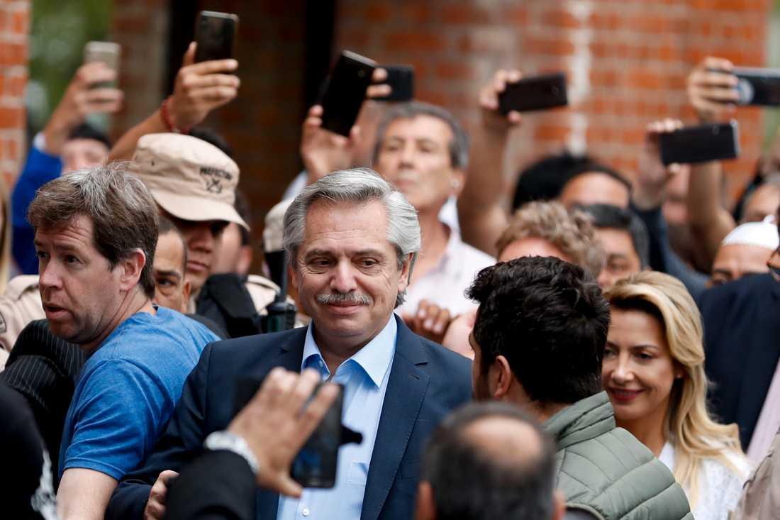 Vänsterperonisten Alberto Fernández utanför vallokalen i Buenos Aires på söndagen.