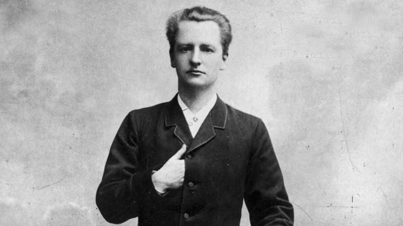Klas Pontus Arnoldsson var förste svensk att få Nobels fredspris. Han delade priset med dansken Fredrik Bajer 1908. De stiftade tillsammans Svenska Freds och Skiljedomsföreningen 1883.