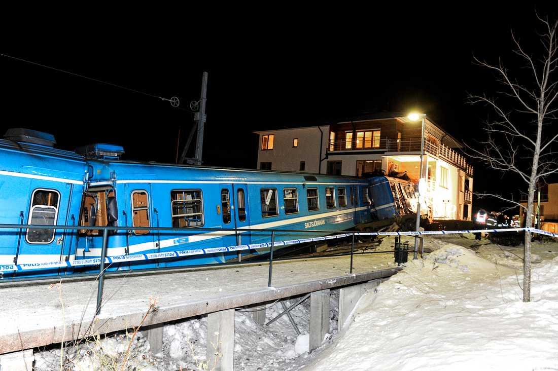 Tåget stannade inne i byggnaden, en bit efter det att spåren tagit slut, och huset fick svåra skador.