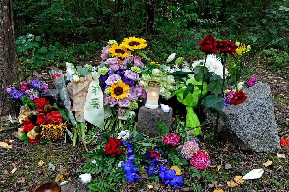 Blommor på platsen där en man hittades mördad i Frösunda.