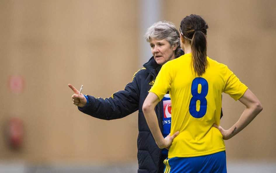 Lotta Schelin och Pia Sundhage i samspråk. Foto: Bildbyrån
