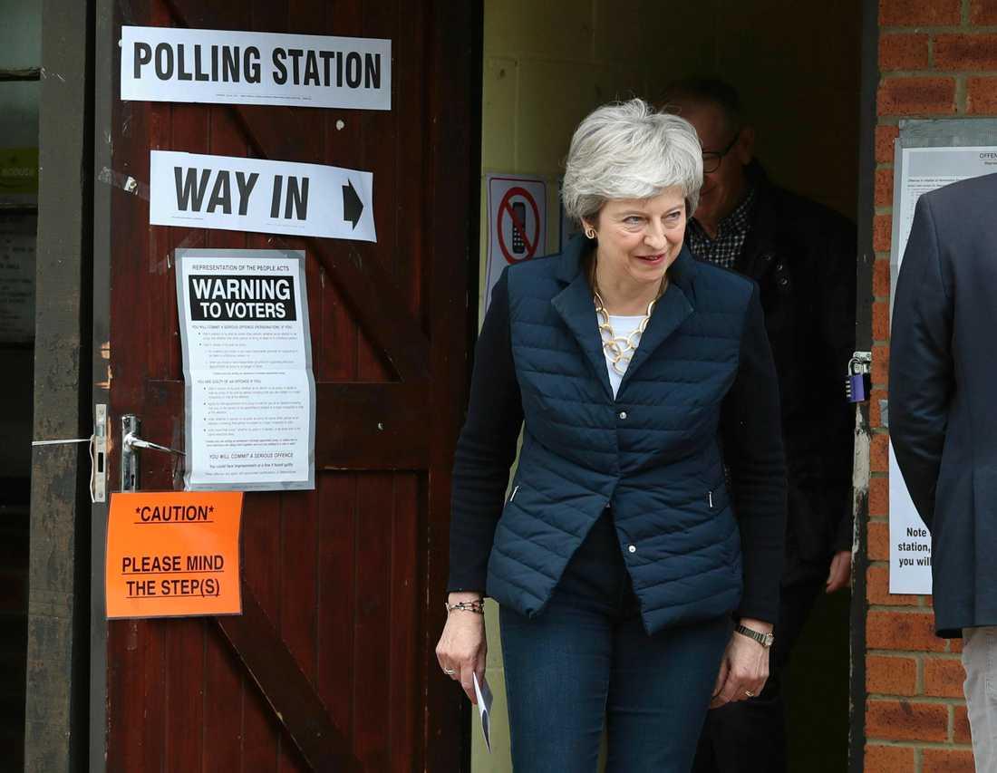 Storbritanniens premiärminister Theresa May efter att ha röstat i lokalvalen i sin egen hemkommun utanför London.