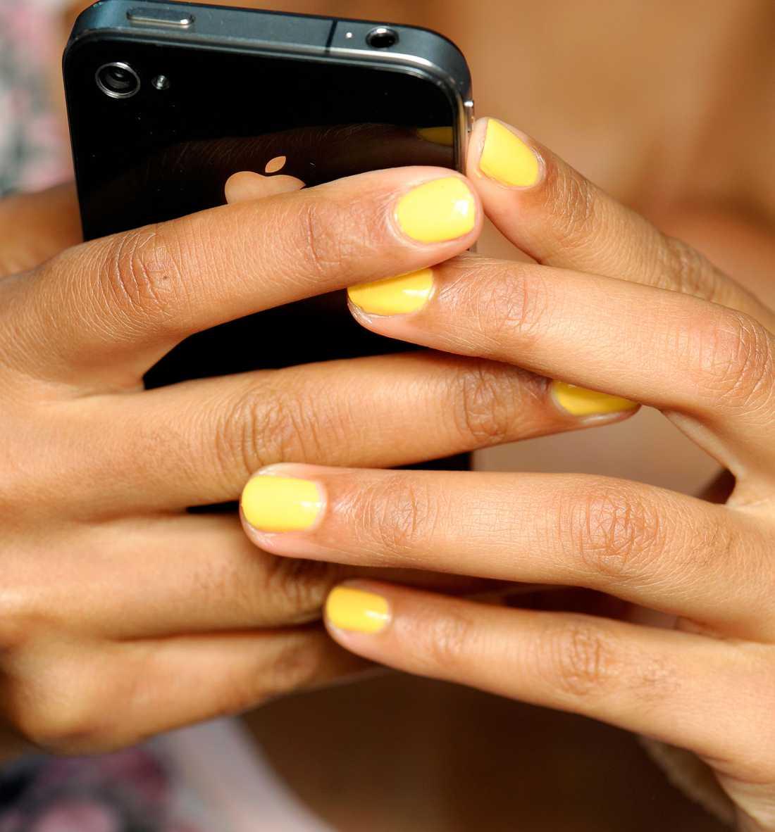 Solklar färg på naglarna En av vårens stora trendfärger är, enligt Proenza Schouler, gult. Jag kommer ta till mig denna somriga nyans på bästa sätt — genom ett festligt nagellack.