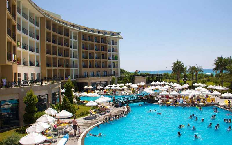 På Solresors fyrstjärniga hotell Lyra Resort i Turkiet härjar just nu svår magsjuka. Minst 20–25 familjer är drabbade.