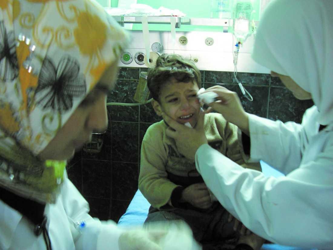 """Barnen gråter, livrädda för nästa bombattack. """"Även om situationen är farlig här så tänker vi inte lämna sjukhuset och Gaza nu"""", säger narkosläkaren Mads Gilbert."""