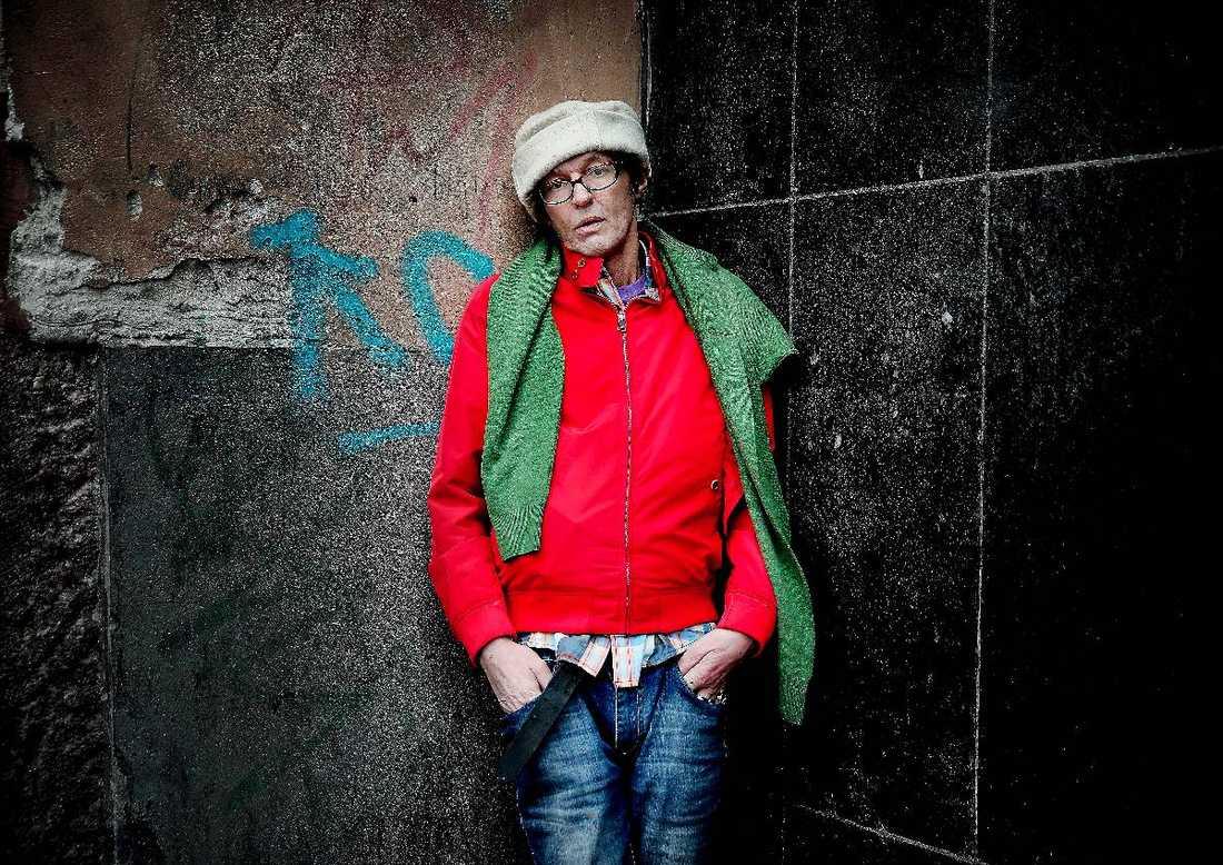 """VÄRLDSPREMIÄR PÅ GRAMMISGALAN 2013 Olle Ljungström uppträder med sin nya singel på Grammisgalan. Men han är skadad på scen. Efter en fall- och halkolycka i hemmet bröt han sex revben och hans hand har en nervskada. """"Men allt kommer att läka av sig själv"""", säger sångaren."""