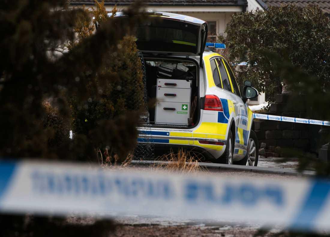 Polis på plats samlar bevis efter det grova rånet.