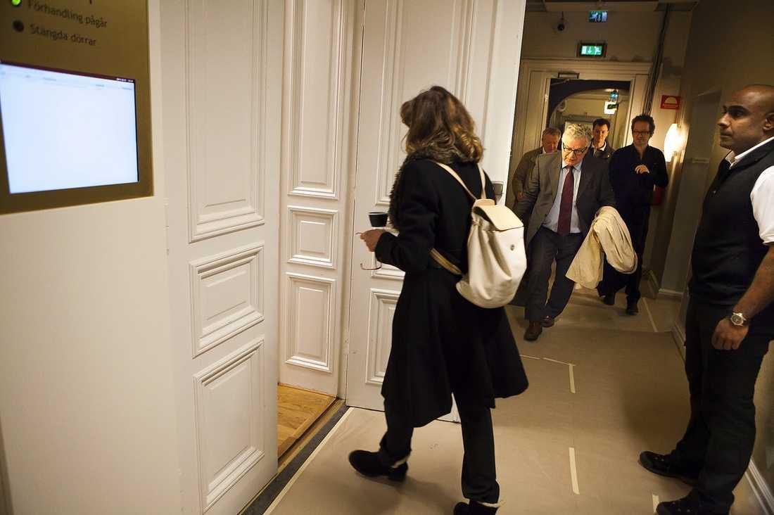 VÄGRAR PRATA MED VARANDRA Här går Terecia och hennes mamma Marie-Louise (på bilden) in i rätten. Enligt advokaten Björn Lindmar var de överens om att Terecia skulle ge sken av att vara vinnare, bland annat för att inte riskera Marie-Louises bostadsbidrag.