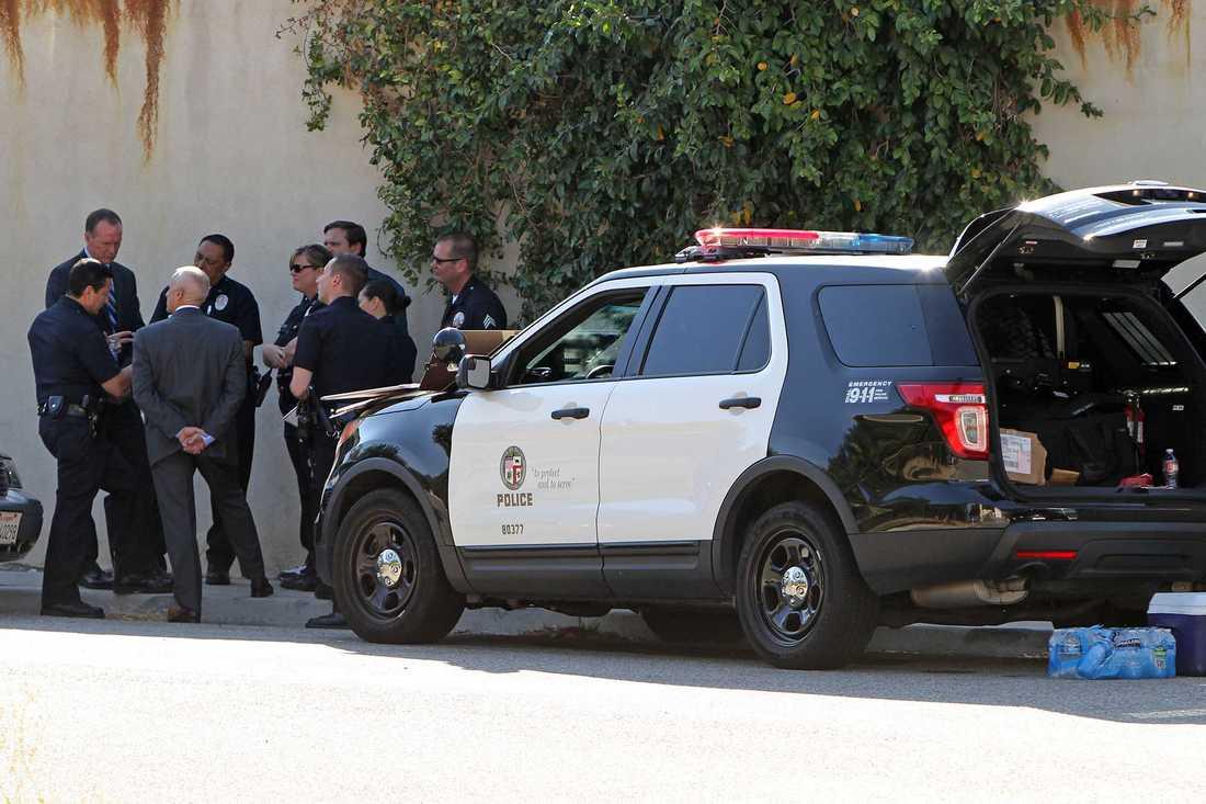 Poliser utanför Chris Browns hem.