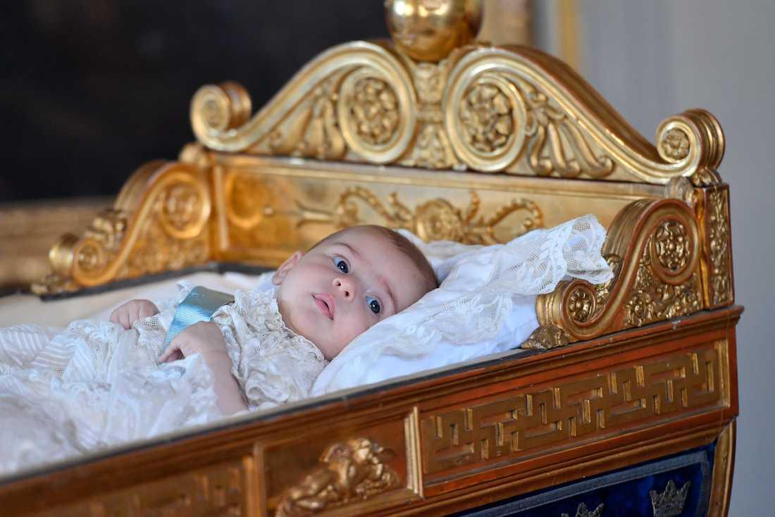 Prinsessan Adrienne i Karl XV:s vagga på Drottningholms Slott.