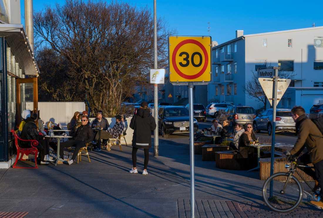 Restauranggäster firar vår i Reykjavik i slutet av april, då landet i flera dagar noterat noll nya coronafall och meddelade lättnader i restriktionerna.