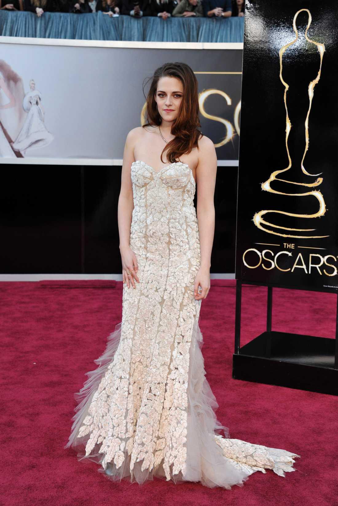 Kristen Stewart Inte illa att spatsera hela Oscars röda matta på kryckor – och dessutom lyckas få en korsettklänning i guld att se avslapnat ut. 3 plus.