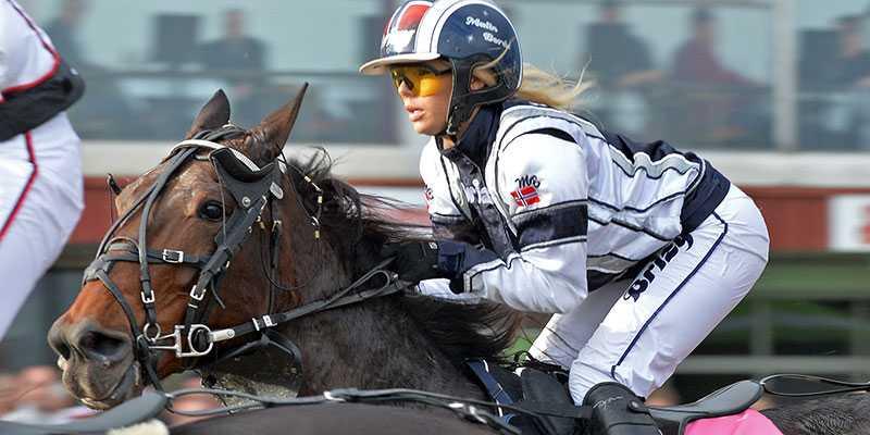 Malin Berås på hästryggen.