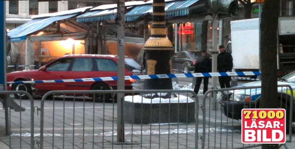 Rånarnas flyktbil som de krockade vid Norrmalmstorg i Stockholm, bara minuter efter rånet.
