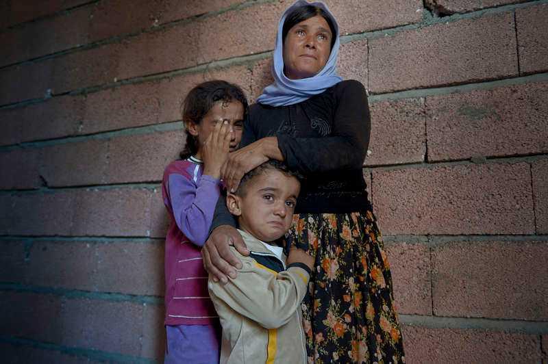 """Splittrad familj. Mamma Nofeh och barnen Seve, 7, och Dilkes, 5, är de enda som är kvar efter att IS stormade deras by. Familjen var elva personer stor från början. """"Jag var livrädd, visste inte vad jag skulle göra"""", säger hon om när IS kom till byn."""