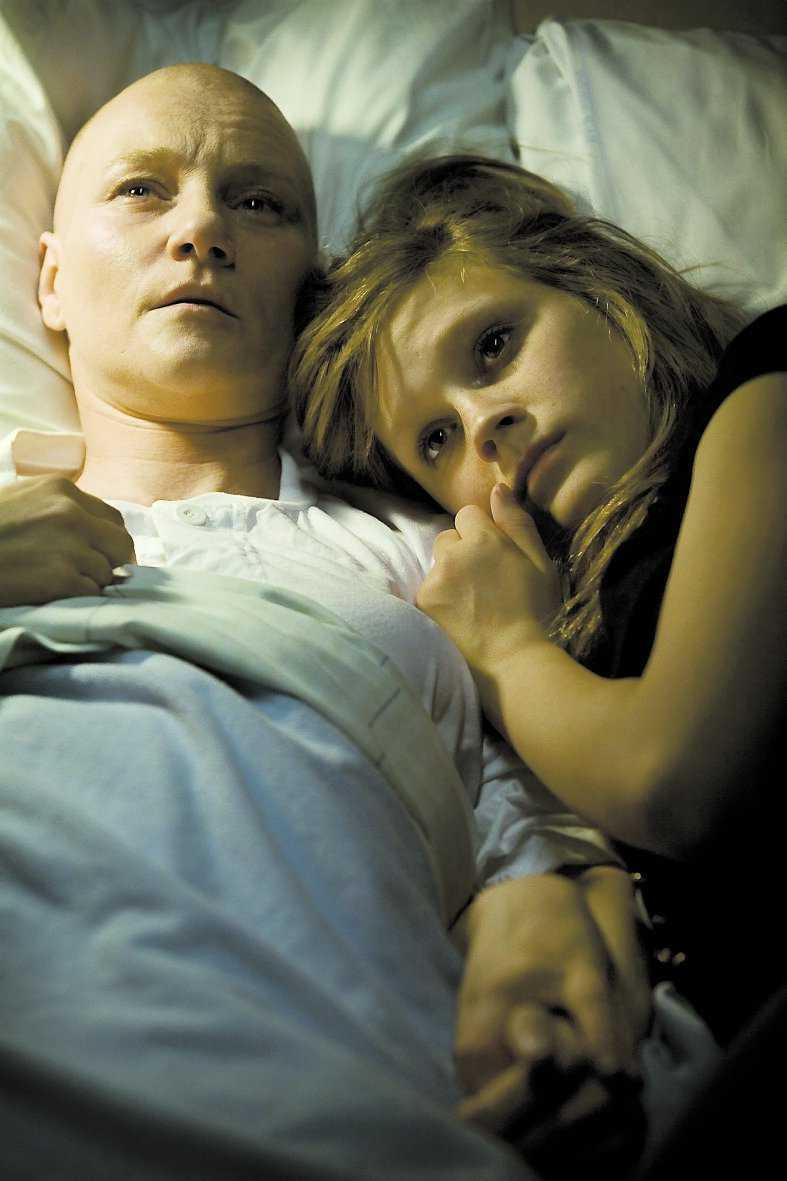 """MAMMAN DÖR I CANCER Filmen """"I taket lyser stjärnorna"""" ligger tvåa på biotoppen. Tonårstjejen Jenna spelas av Josefine Mattsson och hennes sjuka mamma av Annika Hallin."""