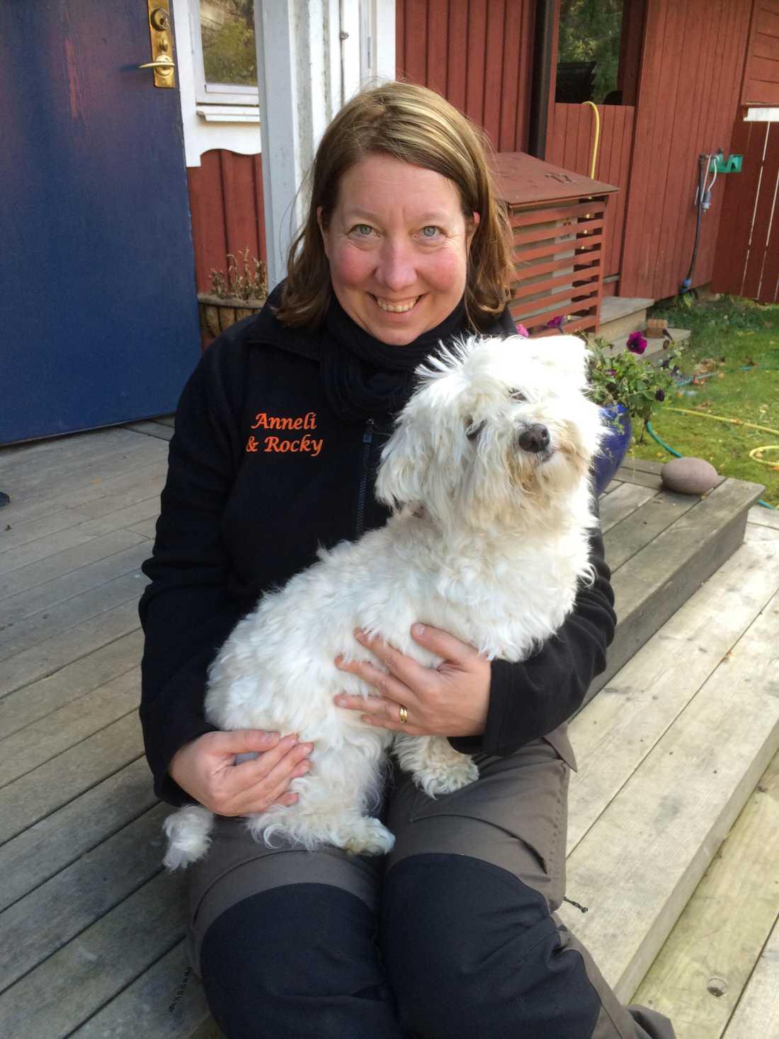Anneli och hunden Rocky.