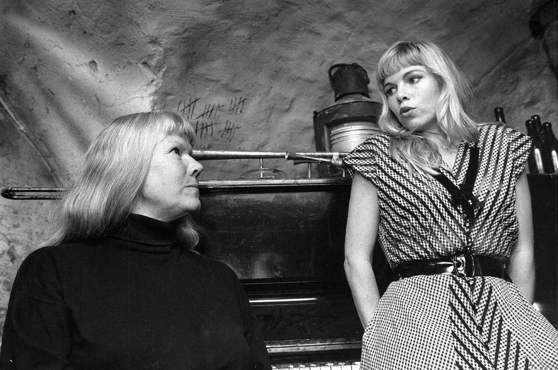 """1989 Från inspelningen av """"Apelsinmannen"""". Brigitta Stenberg och Görel Crona som spelade """"Birgitta"""" i filmen."""