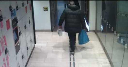 Övervakningskameror på Stockholms Centralstation fångar mannen när han går in på toaletten i tjock jacka. Senare kommer han ut med en annan jacka.