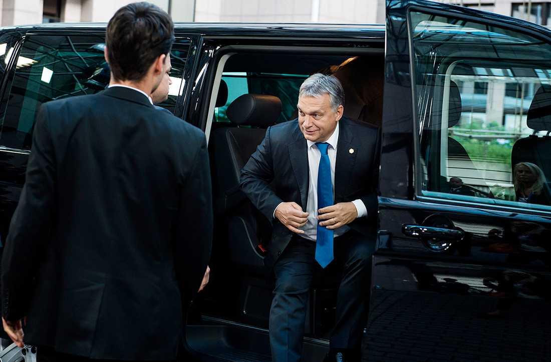 Victor Orbán anländer till toppmötet i Bryssel.