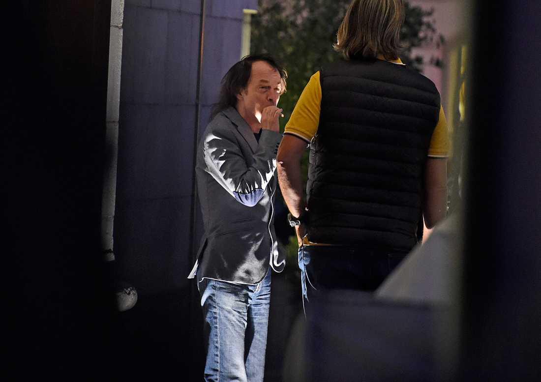 Angus Young tar ett bloss utanför Grand Hotel i Stockholm.