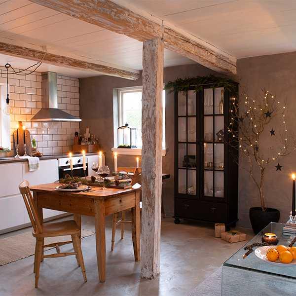 Så gott som alla möbler i lägenheten är gamla fynd. Det vackra träbordet i köket köpte Amanda av en god vän. Köket har enkla vita luckor utan beslag, vilket ger ett lugnt uttryck. Golvet är i gjuten betong.
