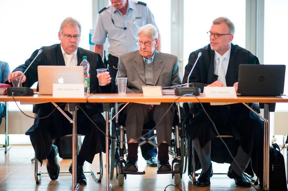 Reinhold Hanning (mitten) mellan sina advokater under rättegången.