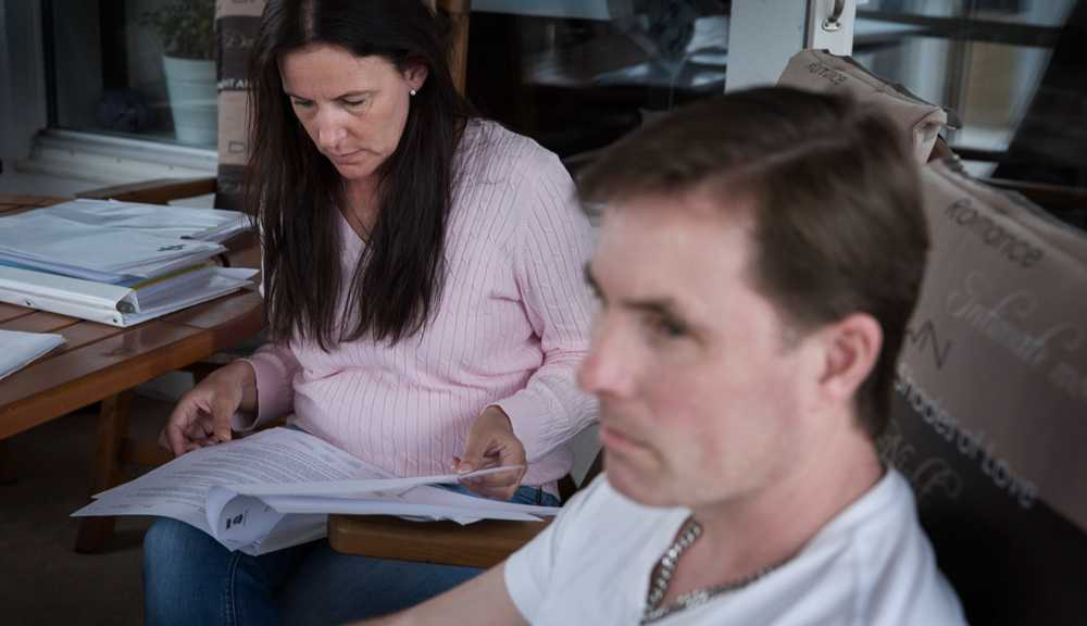 """""""Vi är helt slutkörda"""". Nicoles föräldrar, Ann Pike och Patrik Freij, kämpar för att Nicole ska få den hjälp hon behöver."""
