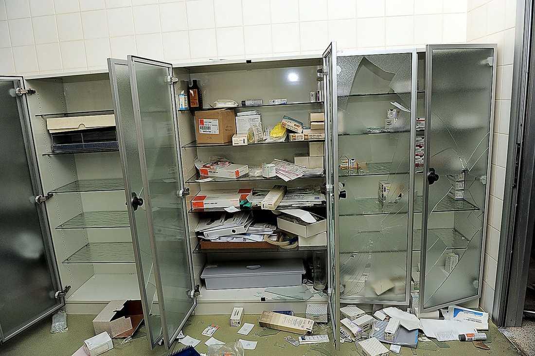 Gaddafis sjukhus  I en cirka 400 kvadratmeter stor byggnad ligger Gaddafis privata sjukhus. Det är fullt utrustat med operationsmaterial, röntgenrum och medicinlager. Det ser ut som vilket svenskt sjukhus som helst. Här finns också en pool och träningsredskap.