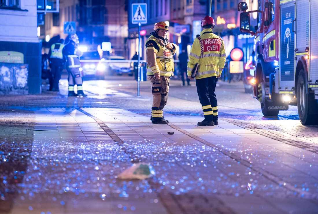 Räddningstjänsten på plats på Stora Södergatan i centrala Lund efter en explosion i entrén till en livsmedelsbutik natten till den 14 september. En ung kvinna skadades allvarligt. Arkivbild.