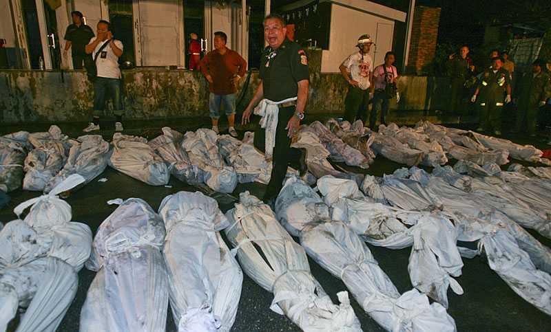 Ett stort antal dödsoffer i branden i väntan på borttransport.