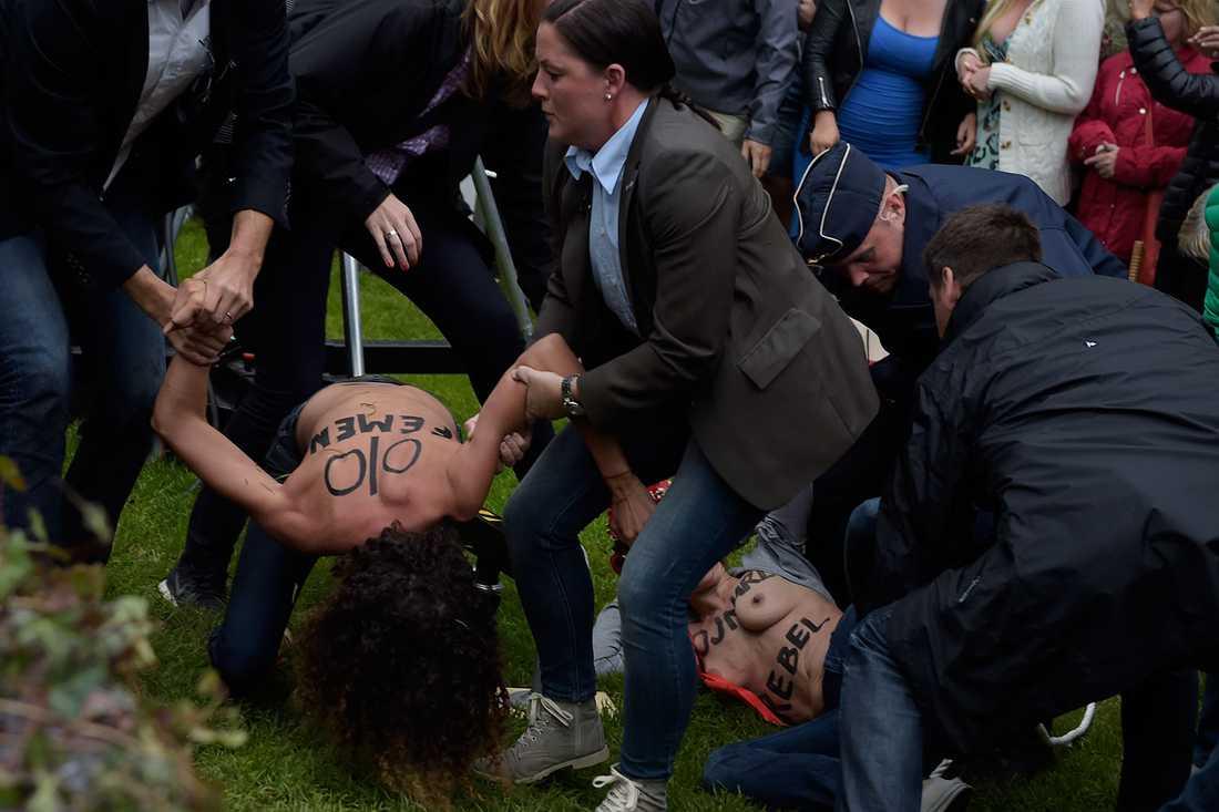 Aktivisterna avbröt Reinfeldt under hans tal.