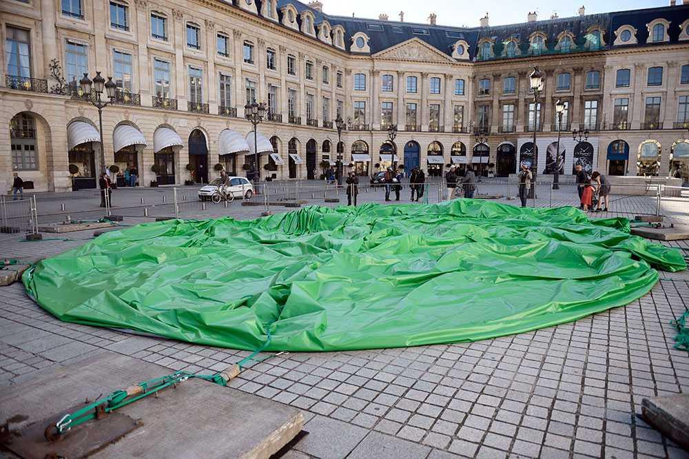 Luften har gått ur konstverket i Paris.