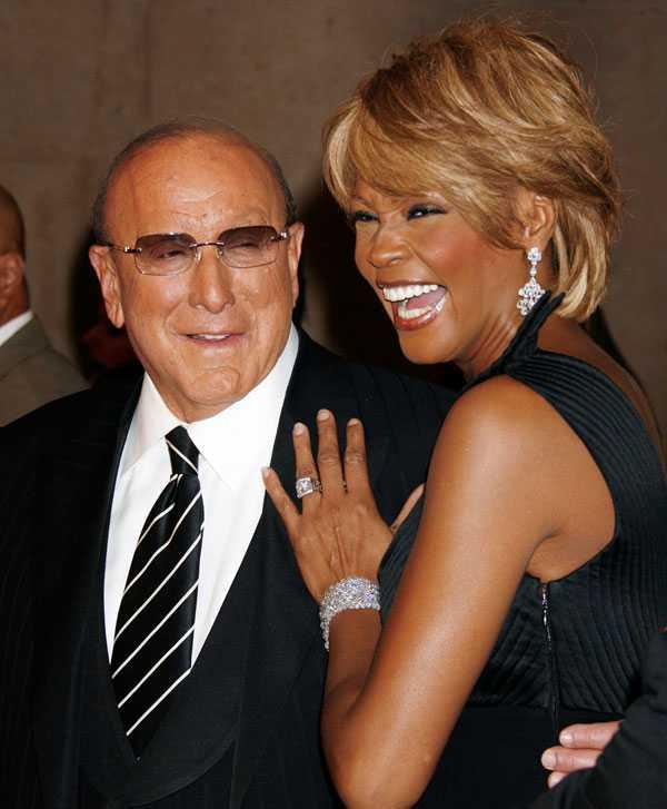 Whitney med musikmogulen Clive Davies, som varit hennes mentor i nästan 30 år.