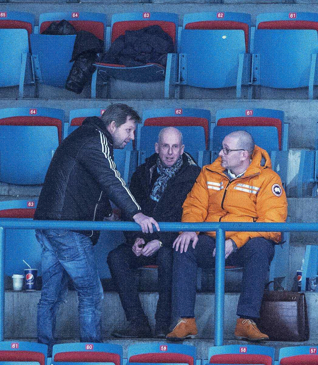 AIK:S MAKTHAVARE  Thomas Edselius (vd AIK Fotboll), Mario Ashman (styrelseordförande AIK Ishockey AB) och Jonas Galotta ser AIK möta Västerås i Hockeyallsvenskan i höstas.