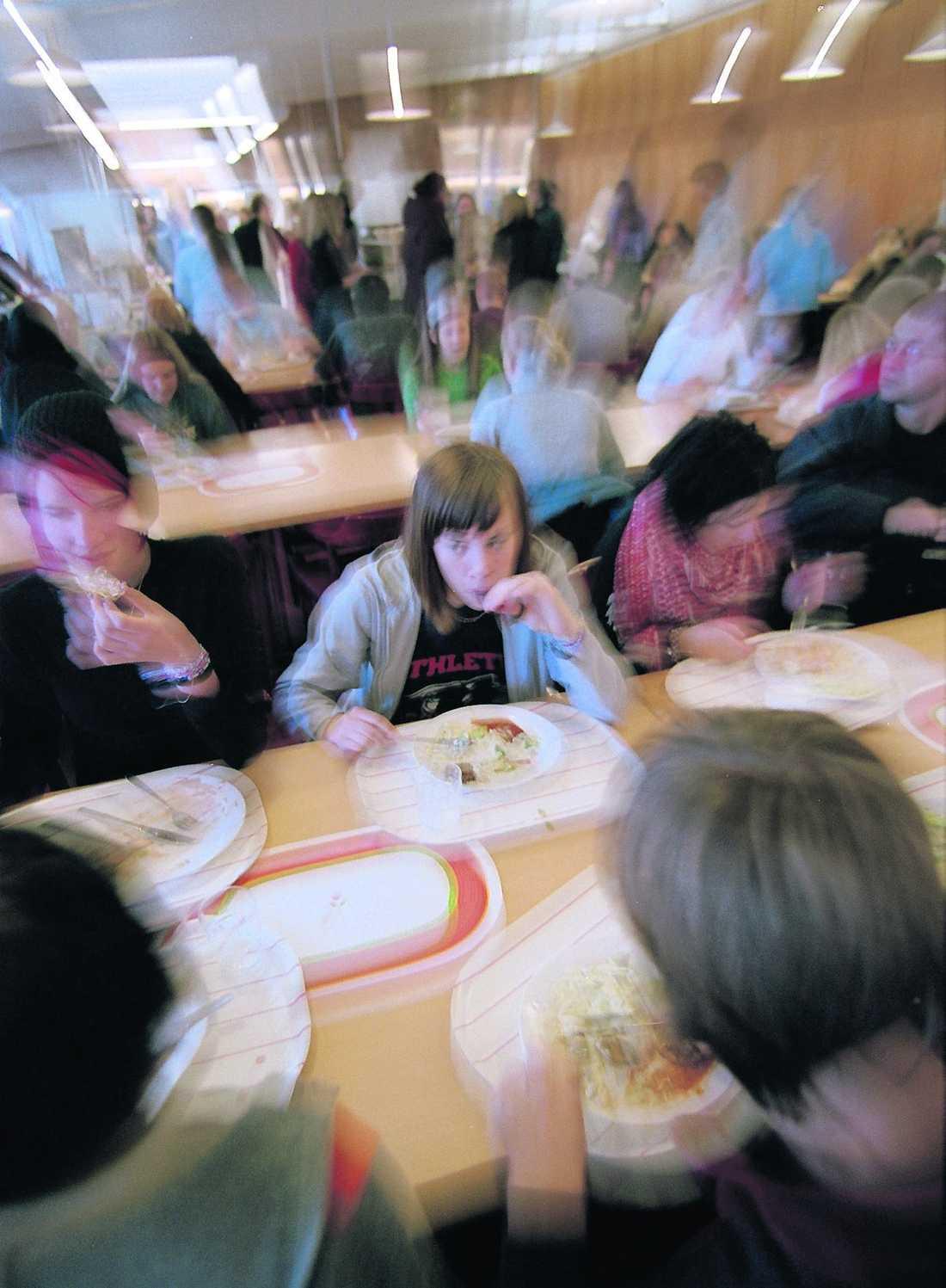 """möte med barn I Södertälje tror politikerna att pensionärerna skulle må bra av att äta tillsammans med skolbarnen. """"Det kan vara ett bra sätt för ensamma pensionärer att få träffa andra"""", säger äldreomsorgsnämndens ordförande Kerstin Pettersson."""