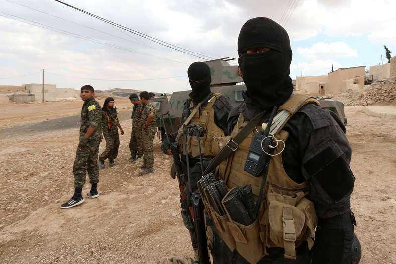 Specialtrupper från USA-stödda Syria Democratic Forces, SDF, som främst består av syrier och kurder, utanför Manbij i norra Syrien. SDF har inlett en offensiv mot IS-fästet Raqqa några mil längre österut.