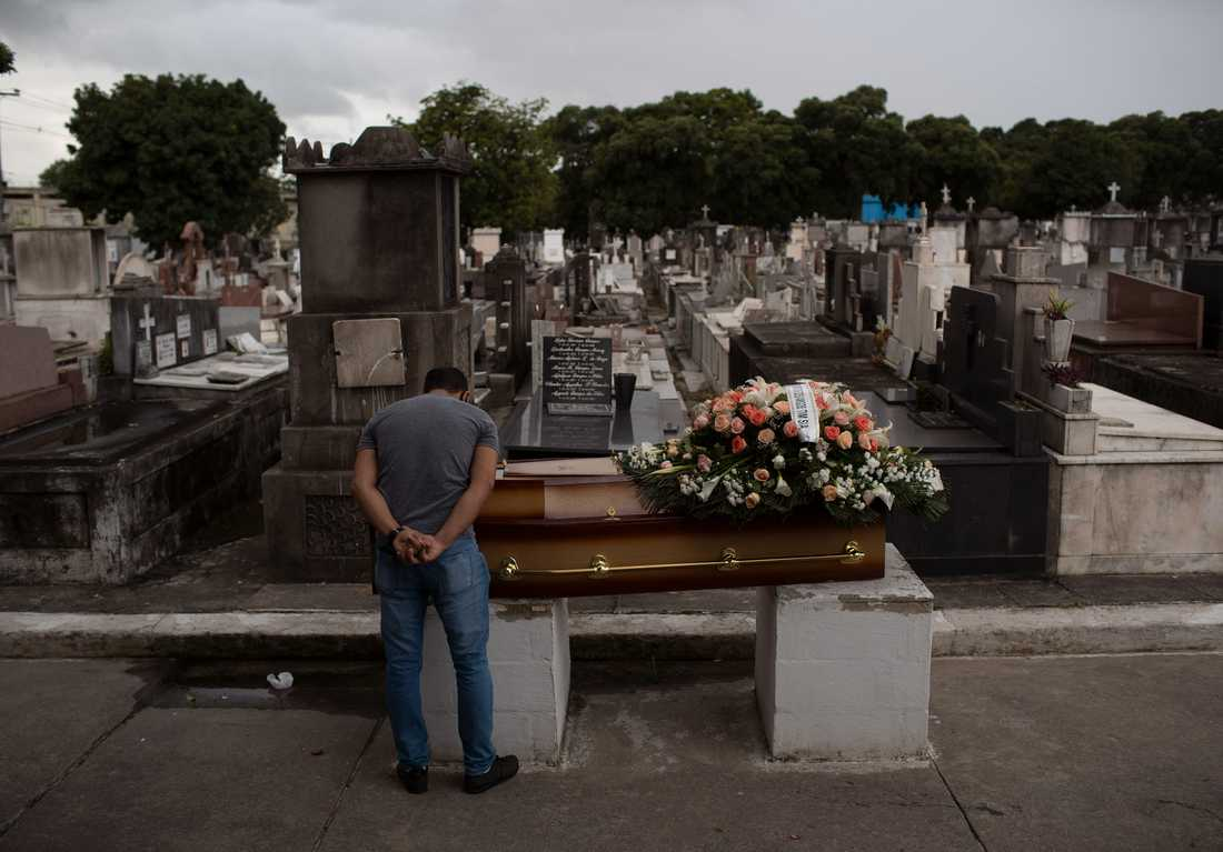 En man sörjer en släkting som gått bort efter att ha insjuknat i covid-19 i Rio de Janeiro i Brasilien. Bild från 13 april.