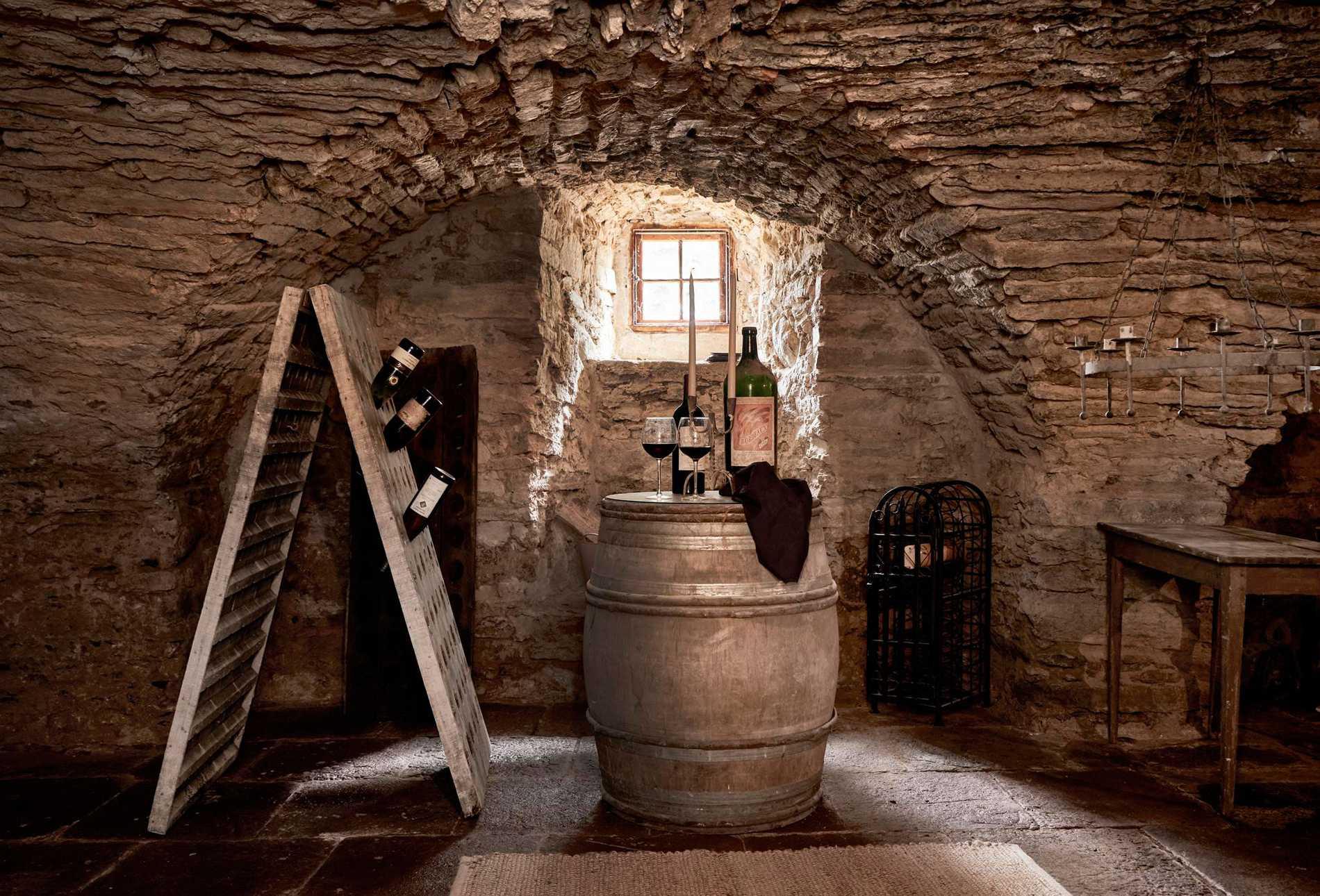 I slottet, som idag är bebott, finns 27 rum – om än små. Här vinkällaren från 1500-talet.