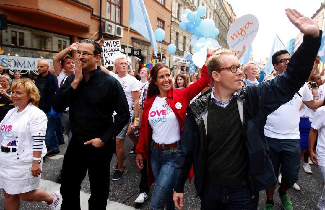 BORDE GÅ I TÄTEN Migrationsminister Tobias Billström (till höger) går här i 2010 års Prideparad för att visa sitt stöd. Debattörerna tycker att han borde ta initiativet att se över lagarna som gör att homosexuella skickas tillbaka till länder som förbjuder homosexualitet.