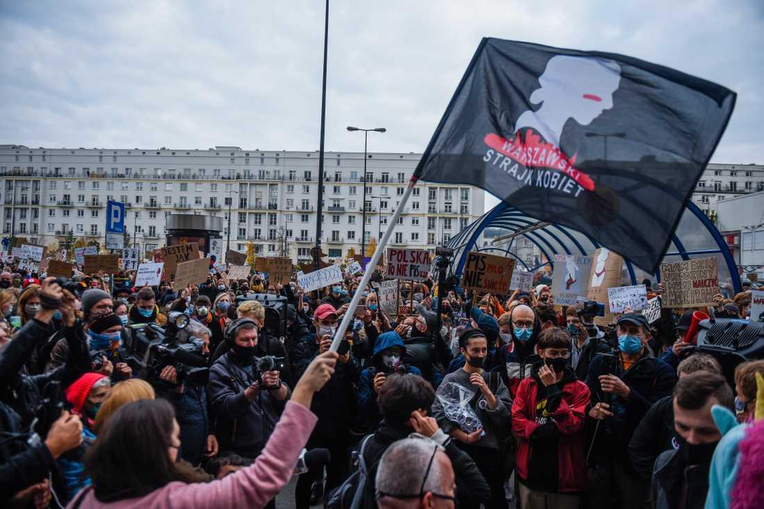 Människor skanderade slagord och höll i plakat när de deltog i protester mot en hårdare abortlagstiftning. Den landsövergripande demonstrationer utlystes för flera dagar sedan, och uppmanade folk till att delta och inte gå till jobbet på onsdagen.