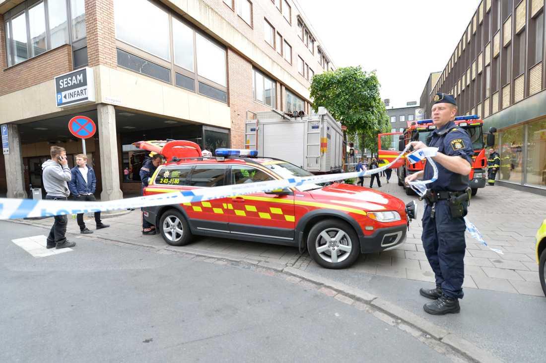 Flera till sjukhus efter att en mystisk doft spridit sig i en butik i Jönköping.