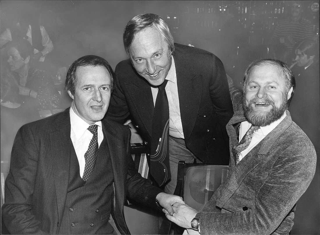 Hasse Wallman tillsammans med musikerna Leif Kronlund och Bruno Glenmark.