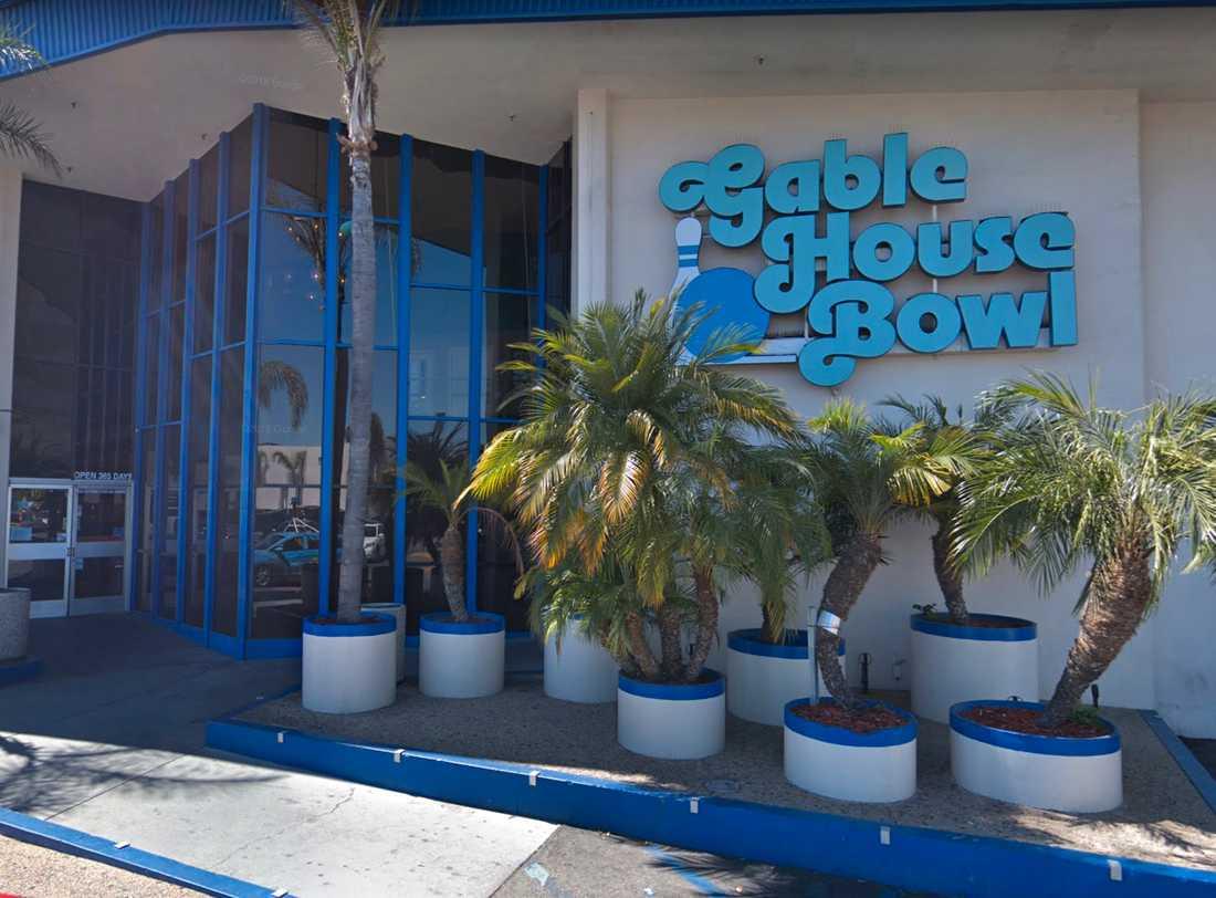 Flera personer har skjutits på bowlinghallen, enligt polisen.