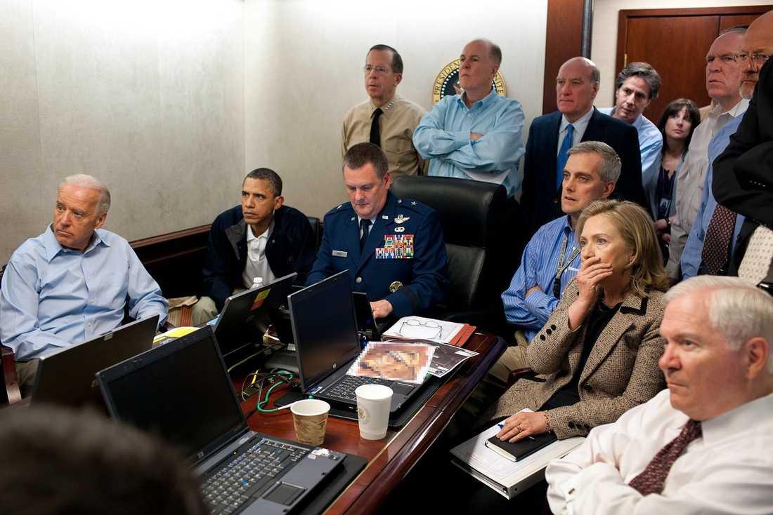 """HISTORISKA BILDEN Fotot från Vita husets """"Situation room"""" påstods visa hur president Barack Obama och hans medarbetare följde räden mot bin Ladin. Men i efterhand avslöjades att de i själva verket inte såg något, på grund av en teknisk blackout."""