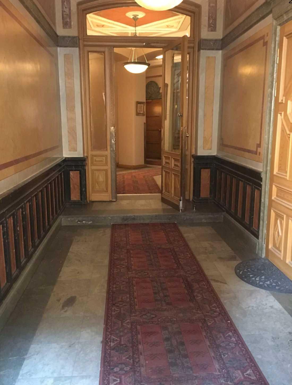 Här, i ett trapphus på Östermalm i Stockholm, skedde rånförsöket.